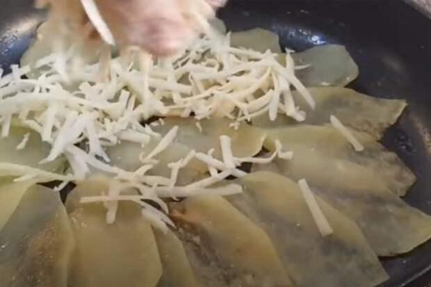 Нарезаем картофелину кругами и добавляем сыр: ужин почти готов