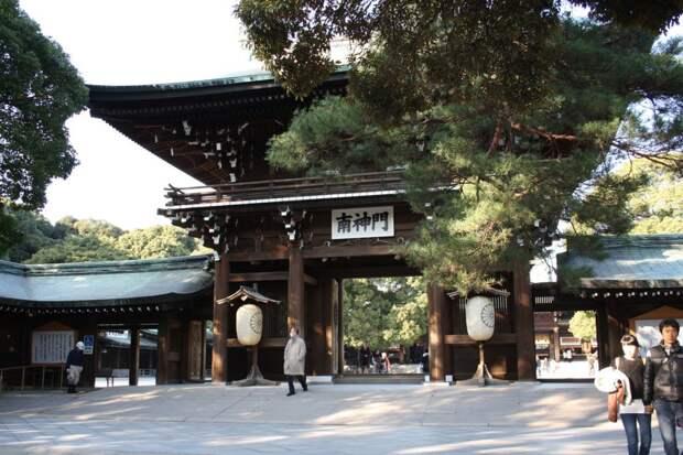 7 место. Храм Мэйдзи Дзингу в Токио был построен более 100 лет назад в честь императора Мэйдзи и императрицы Шокен. В настоящее время, его посещают как минимум 30 миллионов человек ежегодно. Несмотря на такое большое число посетителей, там можно найти тишину и спокойствие. Храм окружён лесом, насчитывающим более 100 тысяч деревьев.