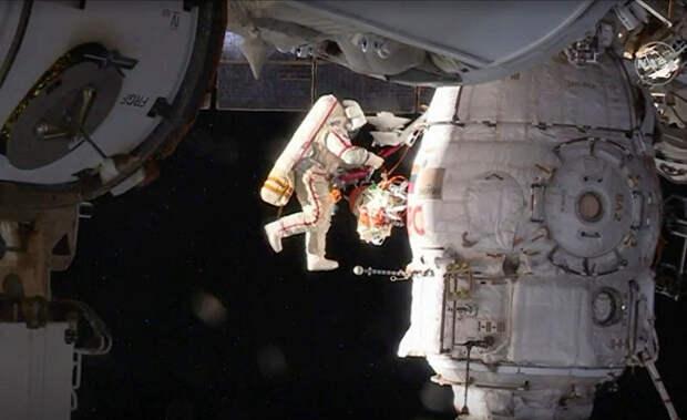 Российский космонавт Олег Кононенко совершает выход в открытый космос