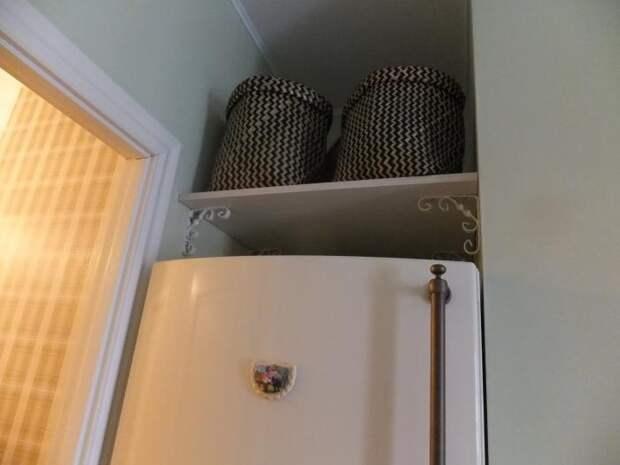 Интерьер кухни, полка над холодильником
