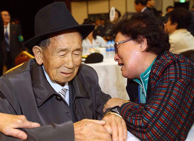 В КНДР и Южной Корее прошла встреча разделенных семей