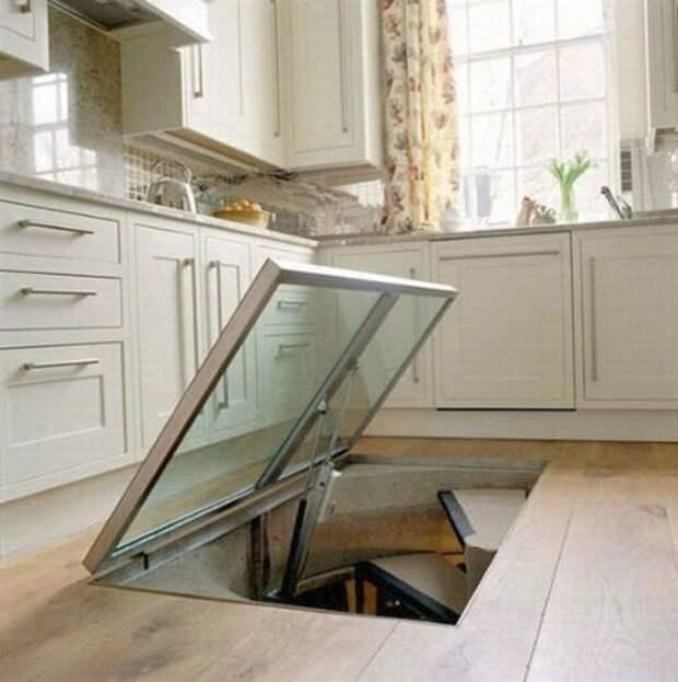 Этот мужчина сделал на кухне потайное окно в полу