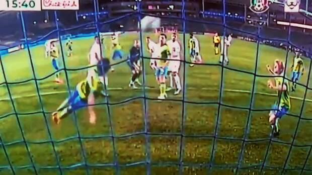 В США полевой игрок спас команду не хуже вратаря: Ролдан в полете выбил мяч головой с линии. Видео