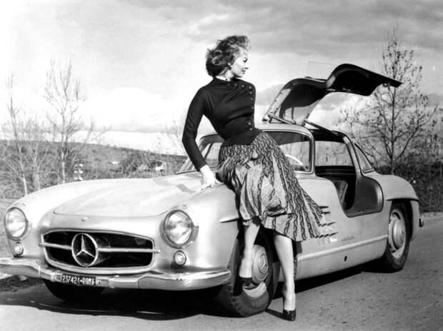 Софи Лорен и ее Mercedes-Benz 300SL, 1955 год.
