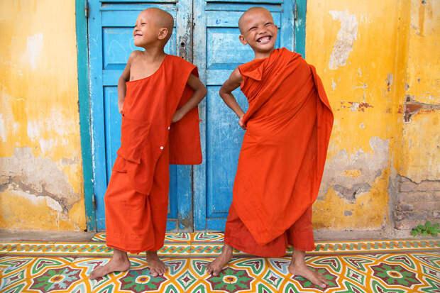 Монахи с радостью позируют в Баттамбанге, Камбоджа вокруг света, путешествия, фотография