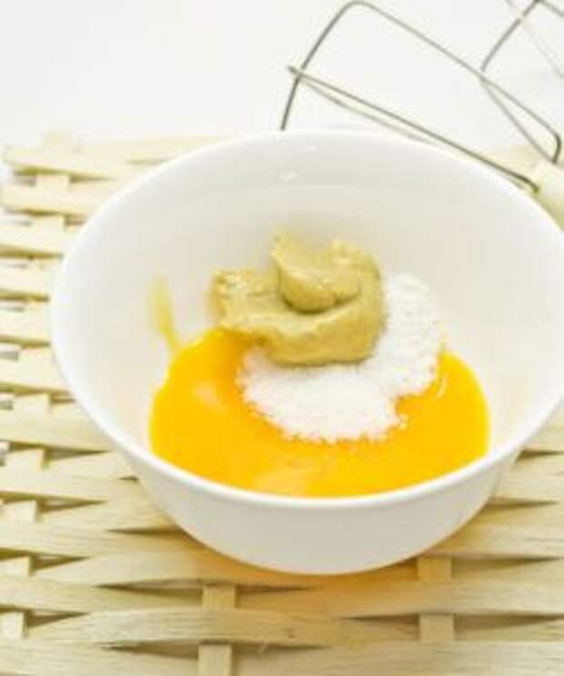 Добавляем в желтки горчицу, сахар и соль
