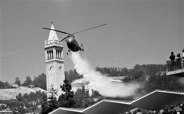 Распыление слезоточивого газа над мирной манифестацией в период губернаторства Рональда Рейгана. Калифорния, 1969 год.