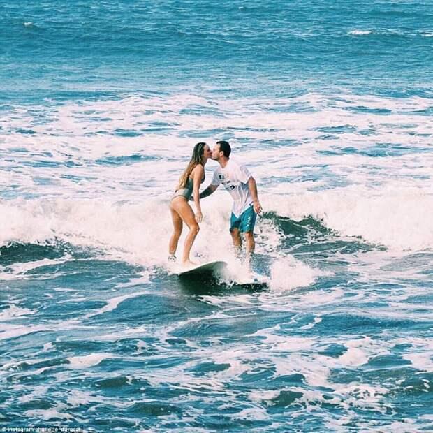 Страстная пара показывает лучшие места для медового месяца