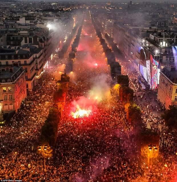 Французские болельщики бурно отметили победу своей сборной
