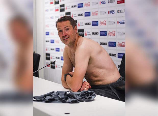 На пресс-конференцию - без одежды. Главный тренер ФК «Антверпен» не скрывал своей радости