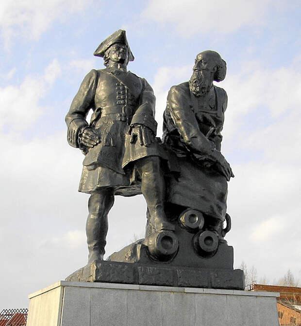 Памятник Петру I и Никите Демидову в Невьянске.