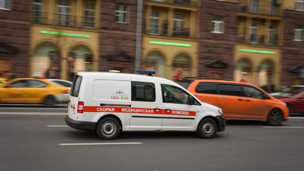 Один человек пострадал в результате падения автомобиля с эстакады в Москве