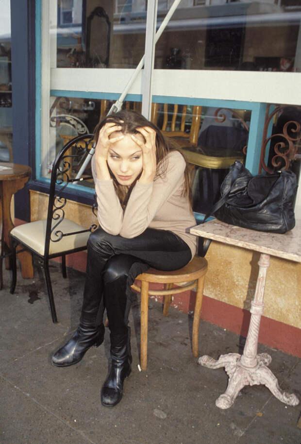 Анджелина Джоли (Angelina Jolie) в фотосессии Мишеля Буркара (Michel Bourquard) (1994), фото 26