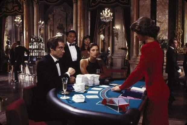 Американская актриса и бывшая фотомодель Кэри в роли Пэм Бовиер в фильме «Лицензия на убийство», 1989 год.