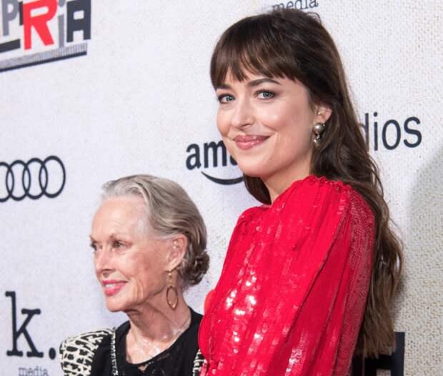Дакота Джонсон пришла на премьеру фильма «Суспирия» с бабушкой