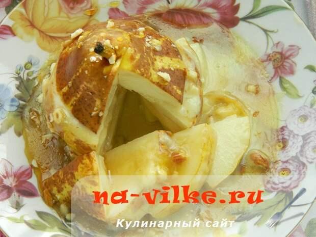 Десерт из груши и камамбера с мёдом и миндалём