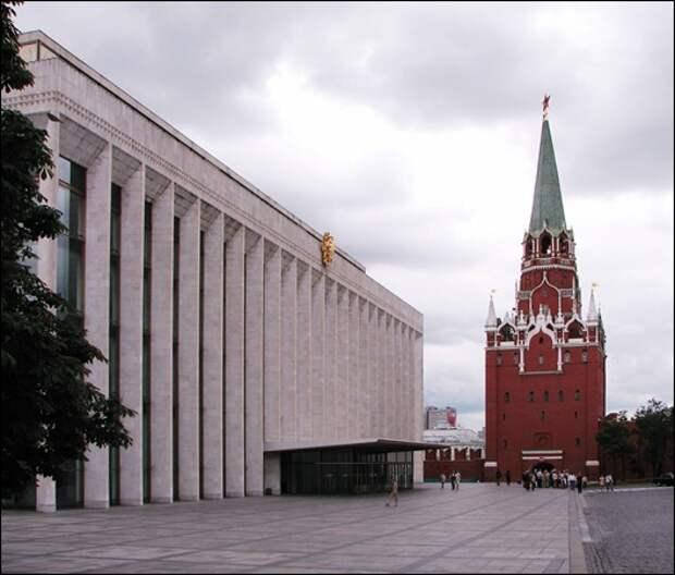 Troitskaya_Tower_and_State_Kremlin_Palace