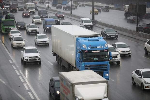 С 5 мая грузовики по МКАД будут передвигаться только по пропускам