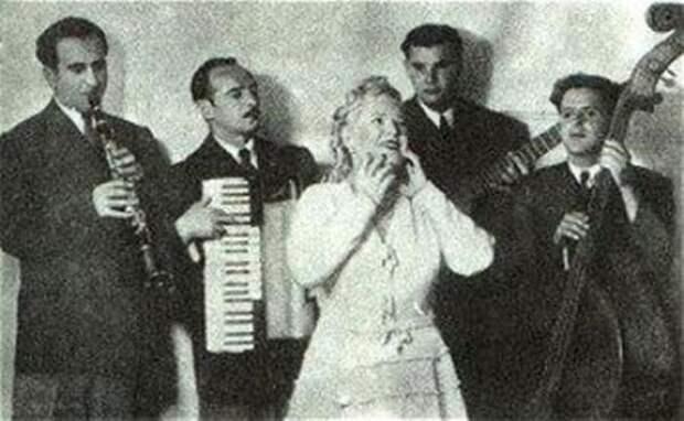 Певица на сцене   Фото: biography-life.ru