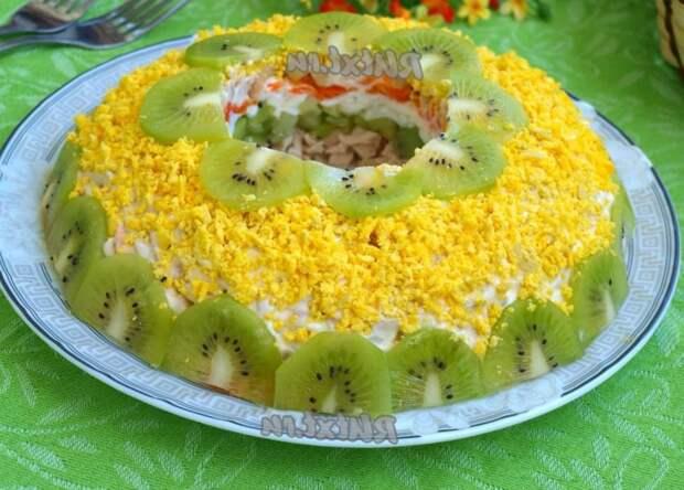 """Праздничный салат """"Малахитовый браслет"""" с киви"""