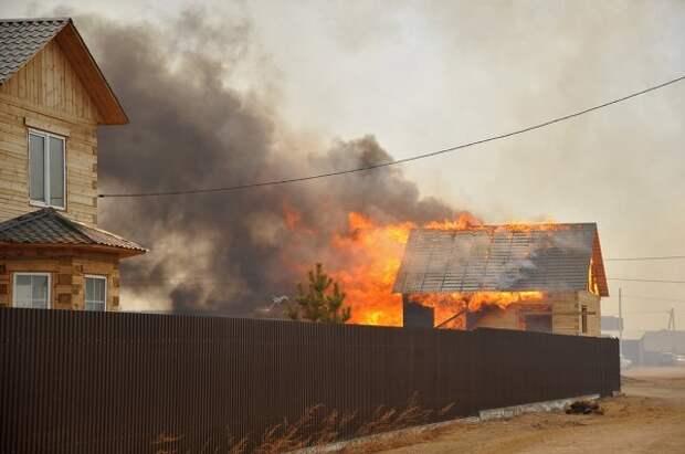 Дома, загоревшиеся из-за пала травы в Свердловской области, потушены