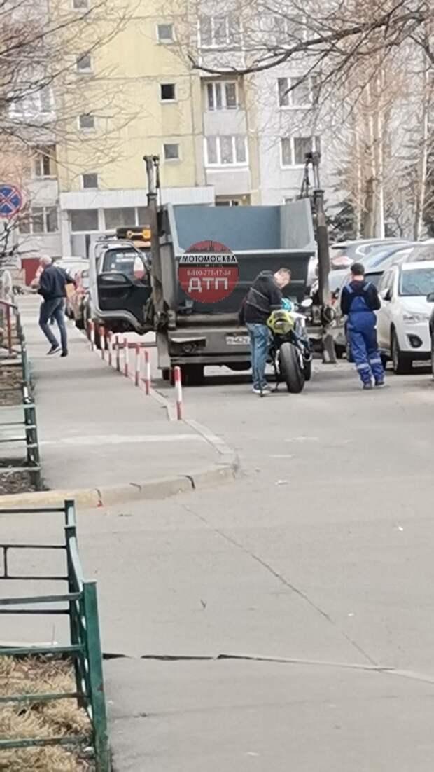 На Алтуфьевском шоссе мусоровоз въехал в мотоциклиста