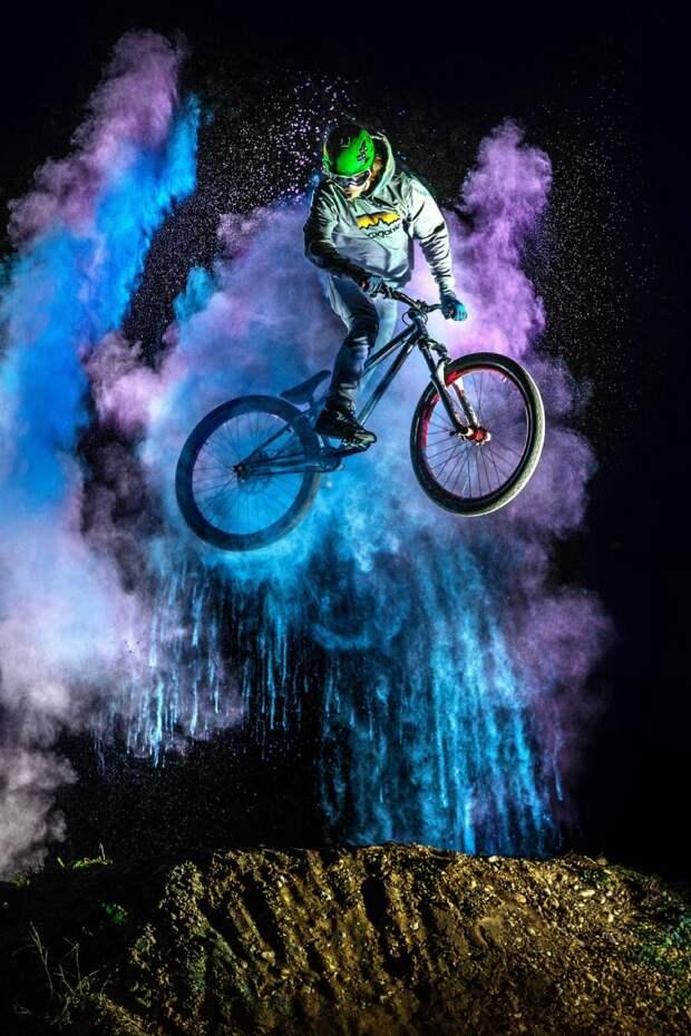 Цветные летающие велосипедисты