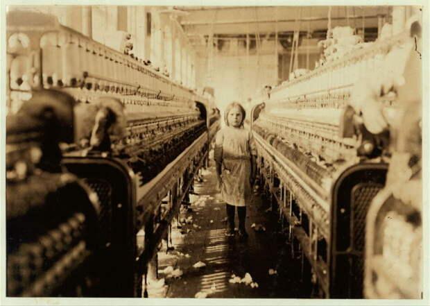 Прядильщица на территории хлопчатобумажной фабрике Globe в штате Джорджия.