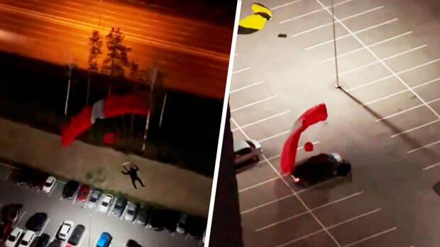 В Екатеринбурге экстремал прыгнул с парашютом с дома и врезался в машину