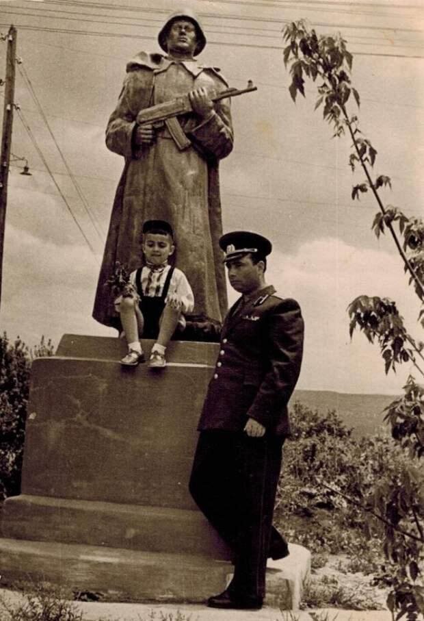 Прощание с дивизией, которой больше нет. Майор Аркадий Экштут с сыном. Буйнакск. 1960 год. / из личного архива автора