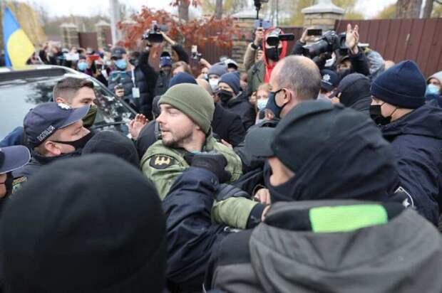 Под домом главы КСУ Тупицкого радикалы установили виселицу и подрались с полицией