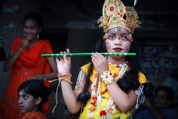 Мальчик, наряженный в Кришну, в Варанаси, Индия вокруг света, путешествия, фотография