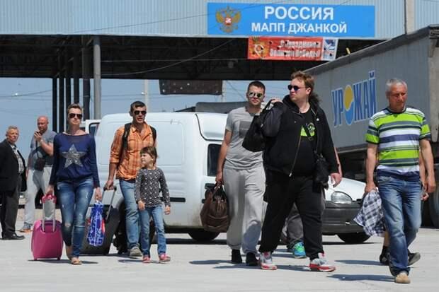 Украинские туристы потянулись на отдых в Крым