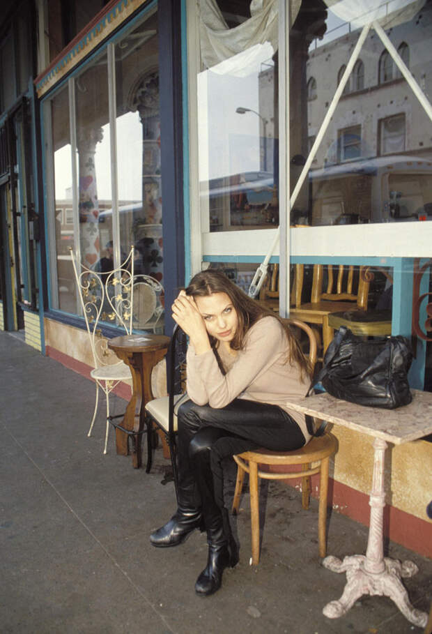 Анджелина Джоли (Angelina Jolie) в фотосессии Мишеля Буркара (Michel Bourquard) (1994), фото 10