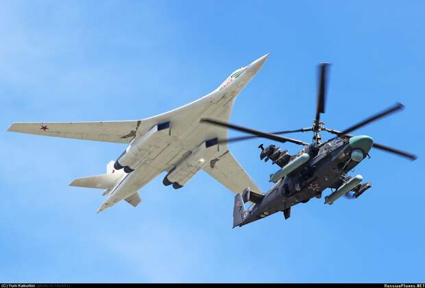 Неповторимый Ка-52 на фоне могущественного Ту-160.