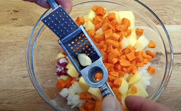 Готовим курицу с картошкой без сковороды: кладем в банки и ставим в духовку на 60 минут