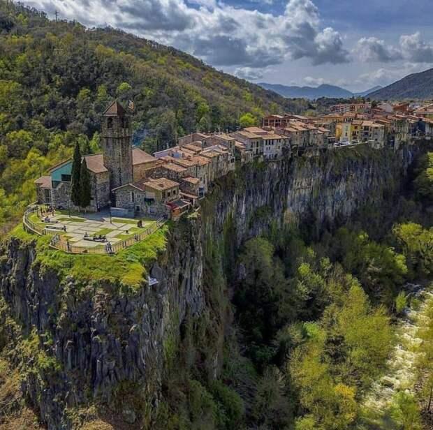 На лавовом гребне высотой 50 м еще в начале прошлого тысячелетия поселились люди (Castellfollit de la Roca, Испания). | Фото: twitter.com.
