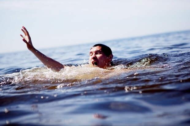 Утопающие не кричат, а если пытаются, то их никто не слышит