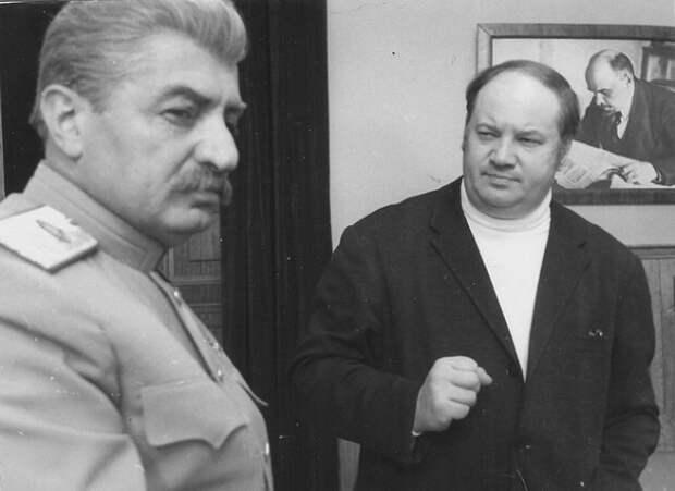 Хранитель памяти о Трагедии Века Юрий Озеров за работой.
