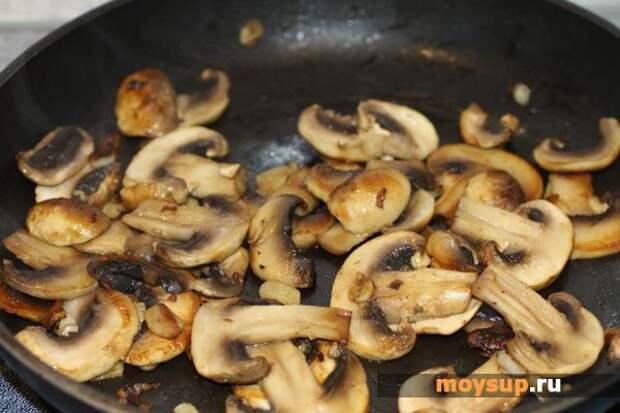 «Осенний» салат с куриным мясом, маринованными огурцами, грибами и яйцами