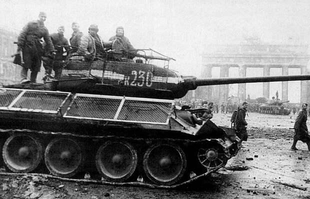 Вот зачем советские танкисты рисовали на башнях белые полосы