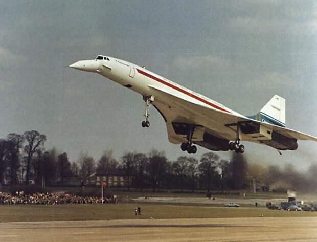 Прототип Concorde 002 G-BSST совершает свой первый рейс из Филтона, Англия. 9 апреля 1969 года.