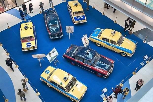 На этом фото хорошо видны различные варианты оформления желтых автомобилей. Те что с контрастными синими багажниками – это экземпляры появившиеся до введения стандартов ВНИИТЭ, те что с желтыми – после СССР, авто, автоистория, гибдд, ливрея, полицейский автомобилиь, полиция