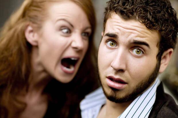 рыжая женщина кричит на мужчину