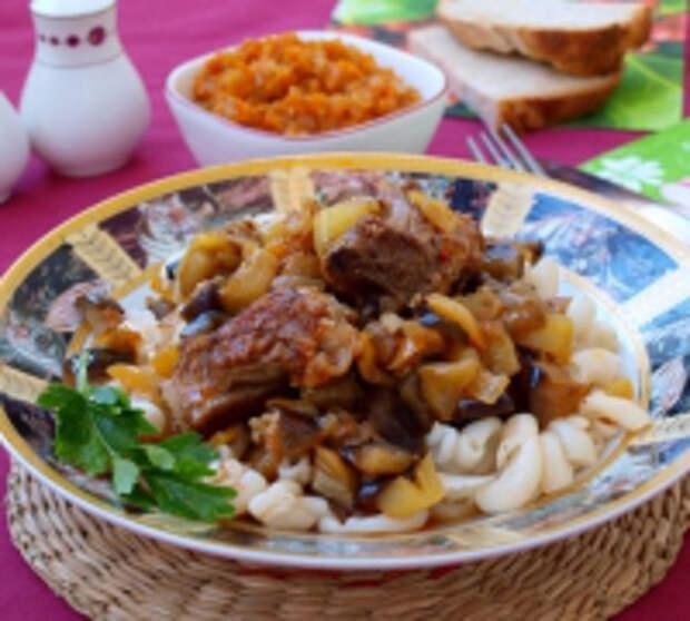 Жареные свиные рёбрышки в соусе с баклажанами