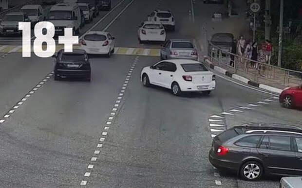 Заснувший водитель сбил шестерых на тротуаре