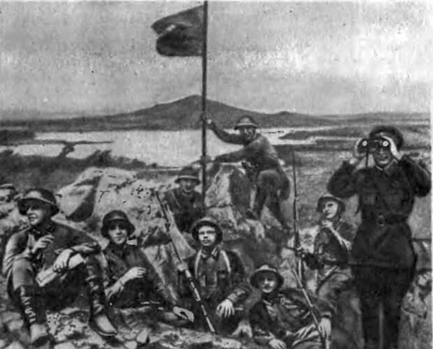 Красноармейцы устанавливают красный флаг на сопке Заозёрная у озера Хасан. 1938 год.