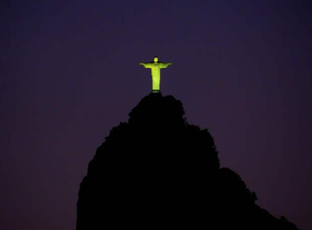 Cristo Redentor — знаменитая статуя Христа с распростёртыми руками на вершине горы Корковаду в Рио-де-Жанейро