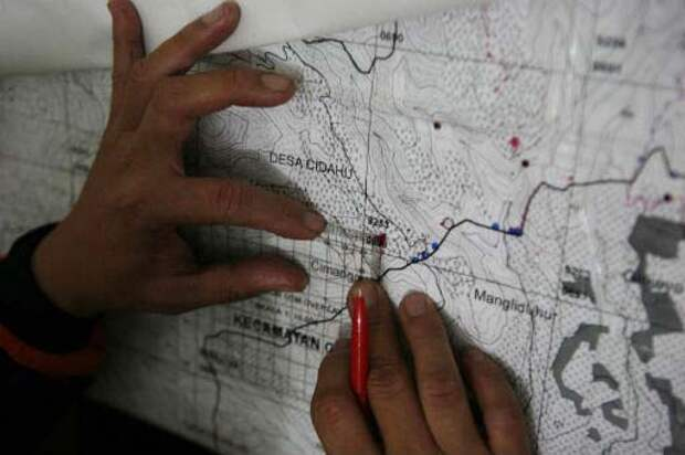 Tracing the trail: A National Search and Rescue Agency member points to a map of Mt. Salak in West Java, the last known position of the Sukhoi Super Jet 100 that went missing on Wednesday. The airplane was spotted by a rescue helicopter at 9:15 a.m. on a hill near Mt. Salak. (JP/ Jerry Adiguna)