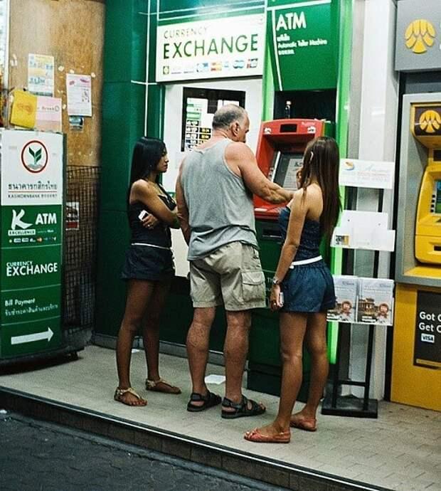 Как люди снимают деньги через банкомат в разных странах